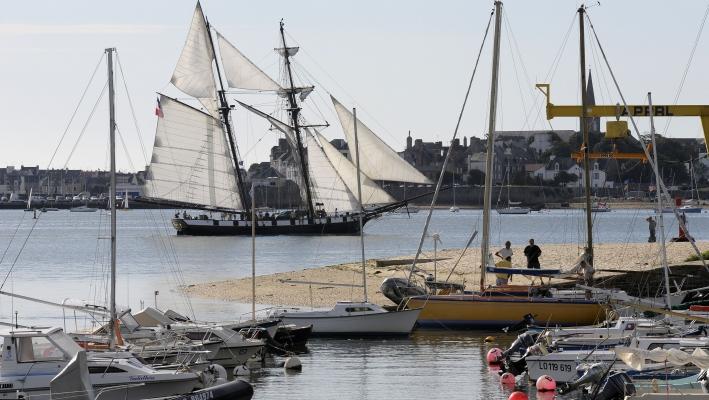 La Recouvrance navigue dans la rade de Lorient