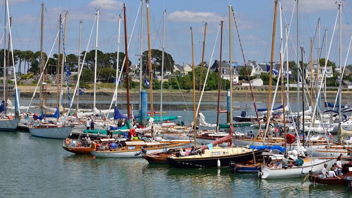 Yachts Classiques au ponton à Port-Louis